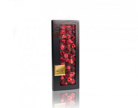 Ciocolată neagră cu petale de trandafir, vișine și scorțișoară