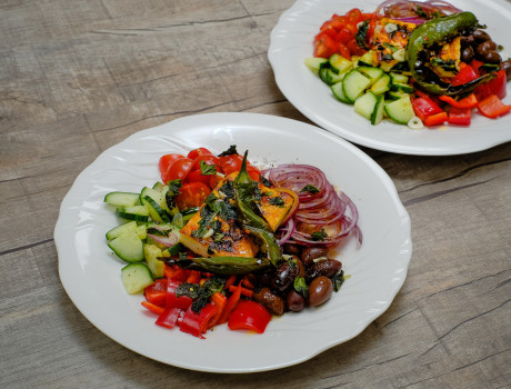 UCOOK: Salata greceasca cu branza halloumi