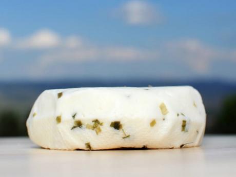 Brânză proaspătă de capră cu arpagic