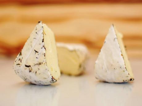 Brânză de tip camembert cu ierburi