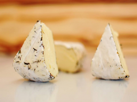 Branza de tip camembert cu ierburi
