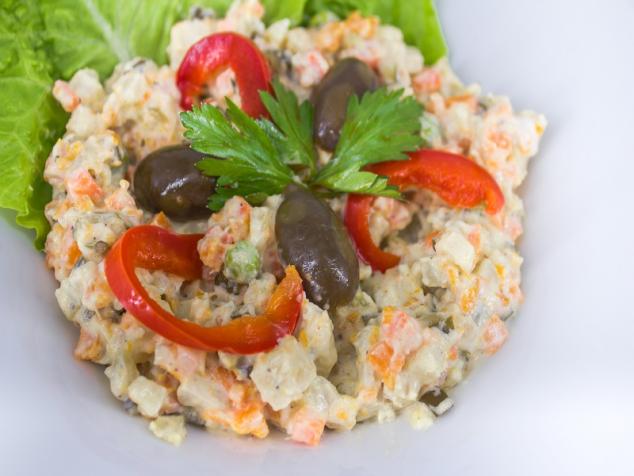 Salată alla russe cu piept de pui