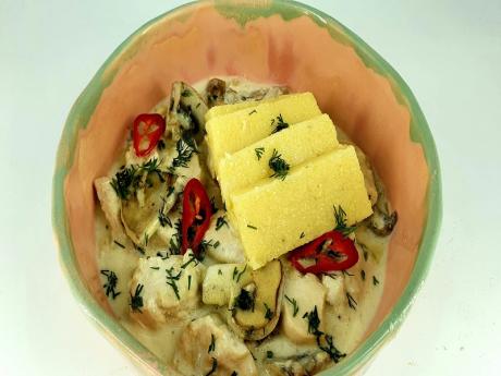 Pui cu ciuperci in sos de smantana cu mamaliguta