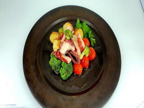 Caracatita tentacule cu cartofi noi, broccoli și roșii cherry