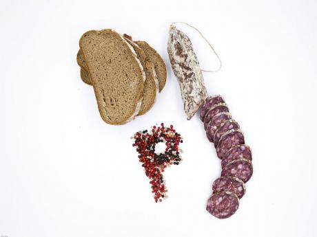 Salam Crud-Uscat din carne de porc cu sare și piper pasini